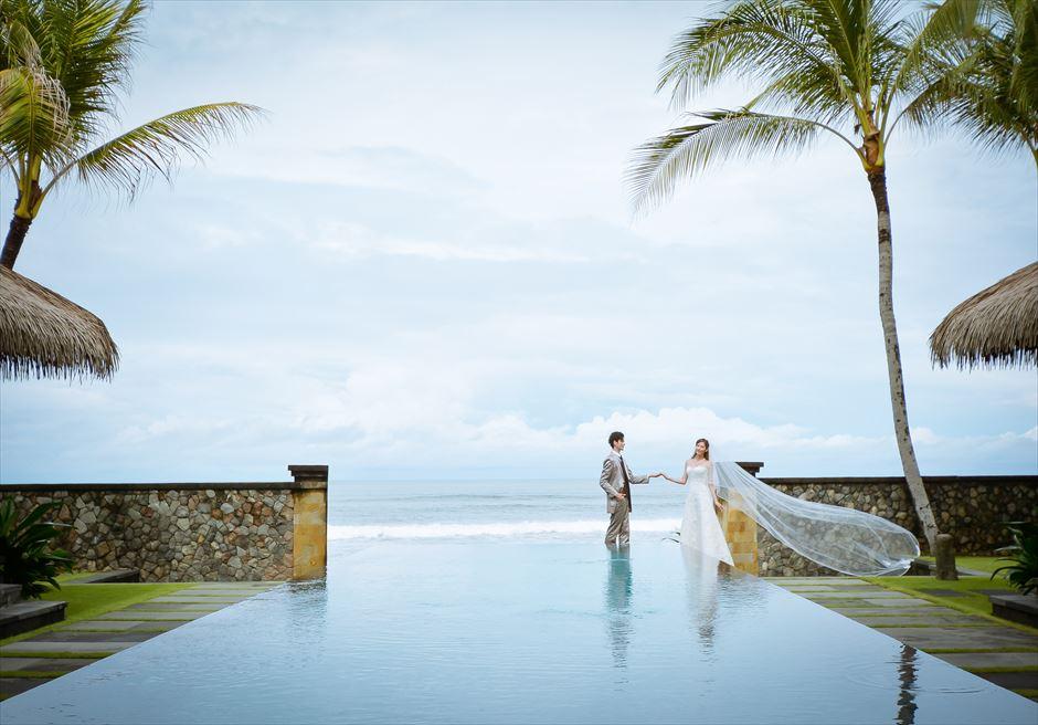 ザ・レギャン・バリビーチハウスプライベートプールにて(撮影にはビーチハウスの宿泊が必要となります)