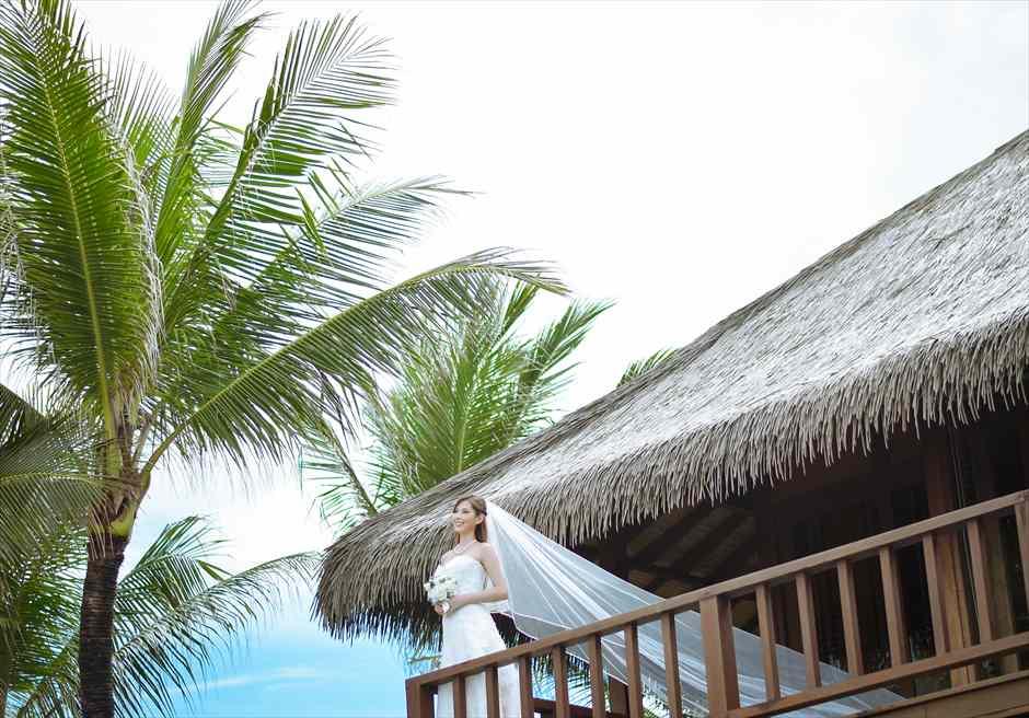 ザ・レギャン・バリビーチハウスマスターベッドルーム・テラスにて(撮影にはビーチハウスの宿泊が必要となります)