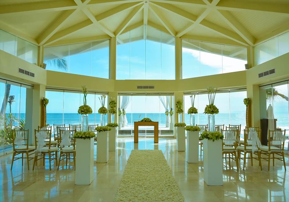 ビーチフロント・チャペル・ウェディング 挙式会場は3つの装飾プランより選択可能 ホワイト生花基本装飾サッシュホワイト