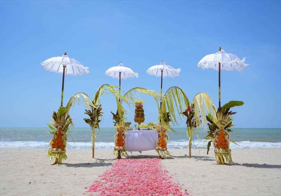 ベルモンド・ジンバラン・プリ・バリ<br /> バリ伝統挙式スタイル・ビーチウェディング<br /> 挙式会場装飾