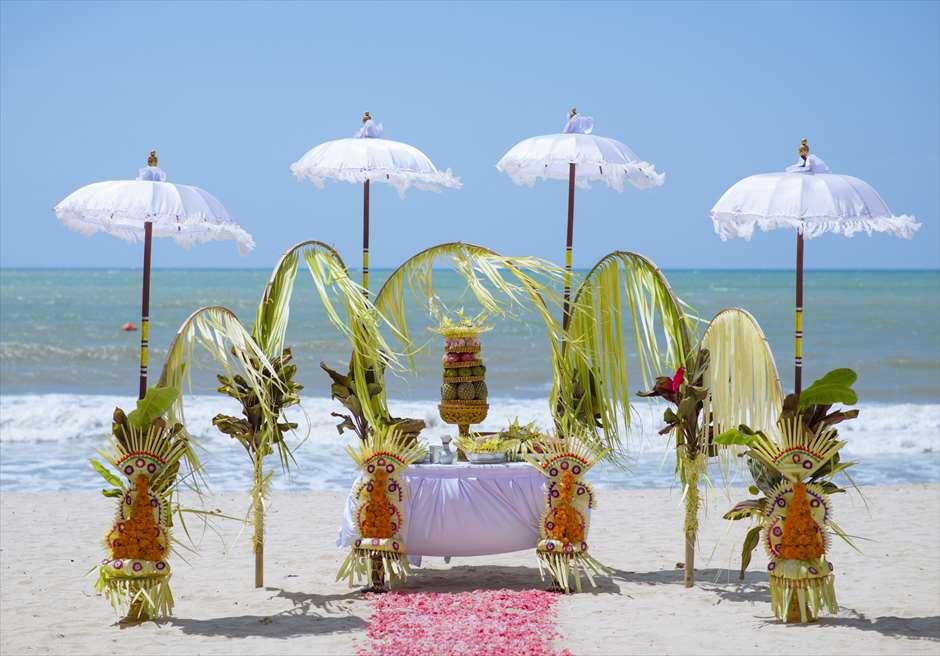 ベルモンド・ジンバラン・プリ・バリ<br /> バリ伝統挙式スタイル・ビーチウェディング<br /> 祭壇装飾
