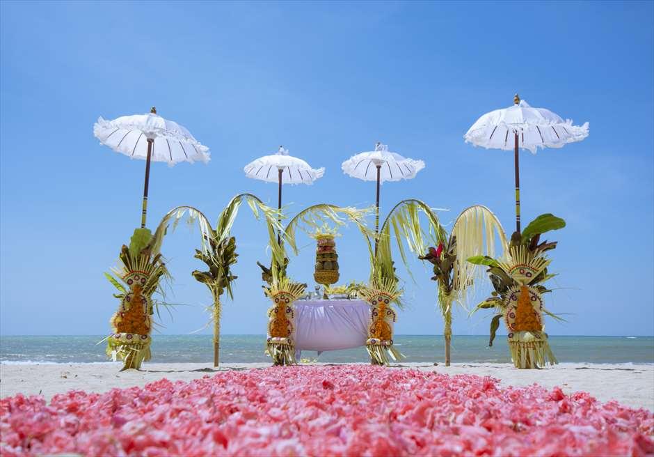 ベルモンド・ジンバラン・プリ・バリ<br /> バリ伝統挙式スタイル・ビーチウェディング<br /> 生花のバージンロード