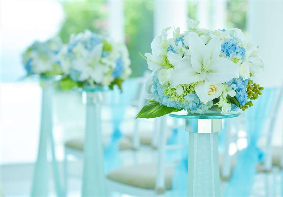 アヤナ・リゾート&スパ・バリ<br /> ブレス・バリ・オリジナル オール・ブルー・イン・アスティナ・チャペル<br /> バージロード両サイド生花装飾