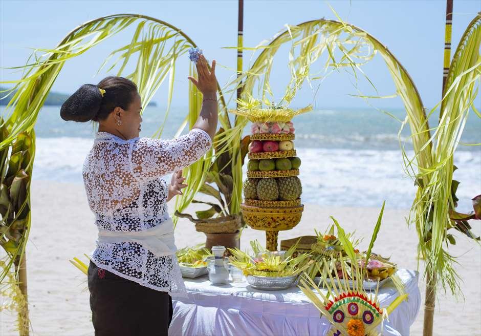 ベルモンド・ジンバラン・プリ・バリ<br /> バリ伝統挙式スタイル・ビーチウェディング<br /> バリ式司祭とお供え物