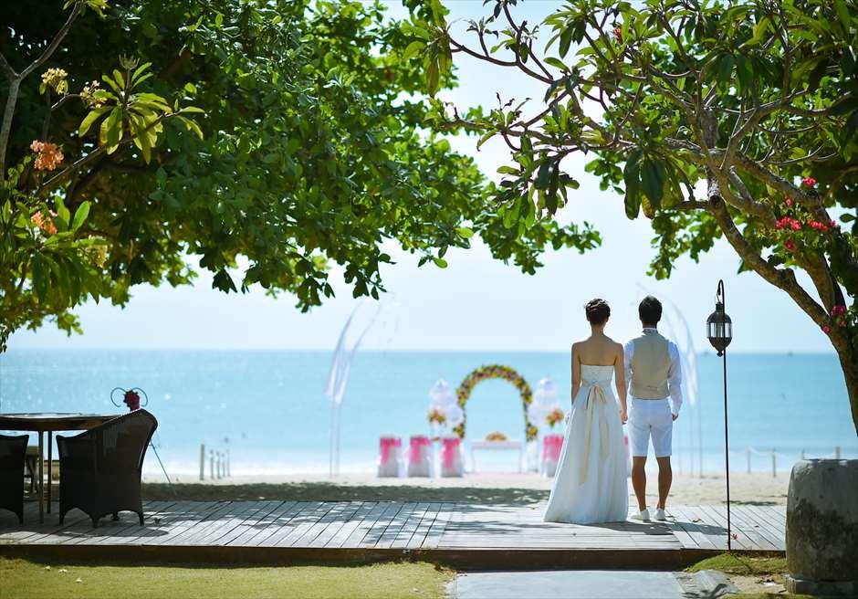 ピンク&イエロー 挙式会場<br /> クラトン・ジンバラン・ビーチ・リゾート<br /> ガーデンよりジンバランビーチを望む