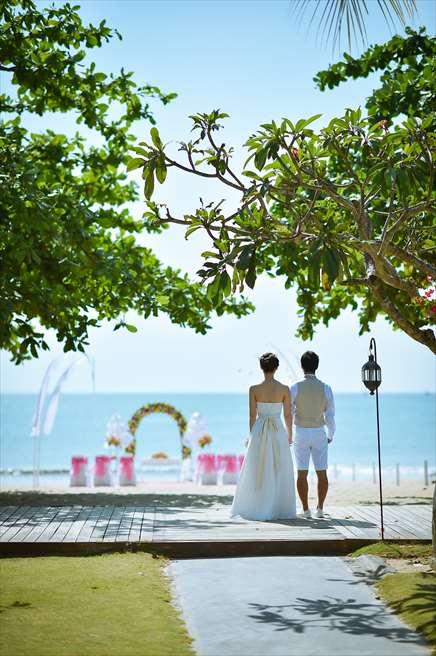 ピンク&イエロー 挙式会場 |クラトン・ジンバラン・ビーチ・リゾート| ガーデンよりの入場ルート