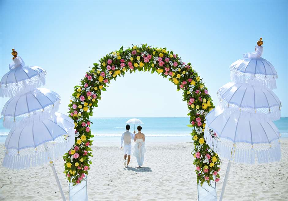 ホワイト・サンズ・ビーチウェディング<br /> ピンク&イエロー <br /> ウェディングアーチ生花の装飾<br />