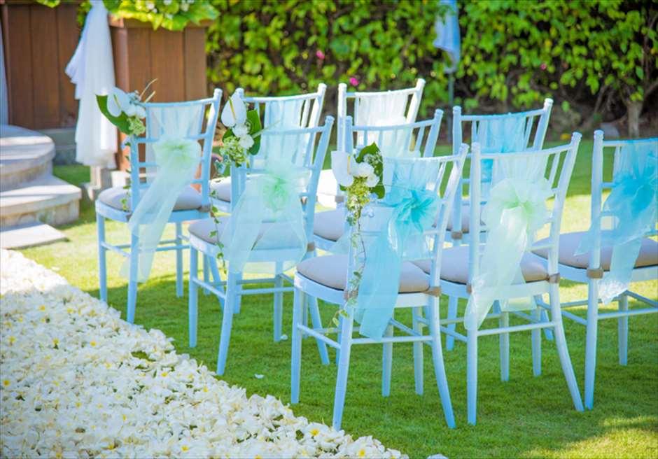 アヤナ・リゾート&スパ・バリ<br /> ブレス・バリ・オリジナル オール・ブルー・イン・アスマラ・ガーデン<br /> ウェディングチェア ブルーオーガンジー装飾