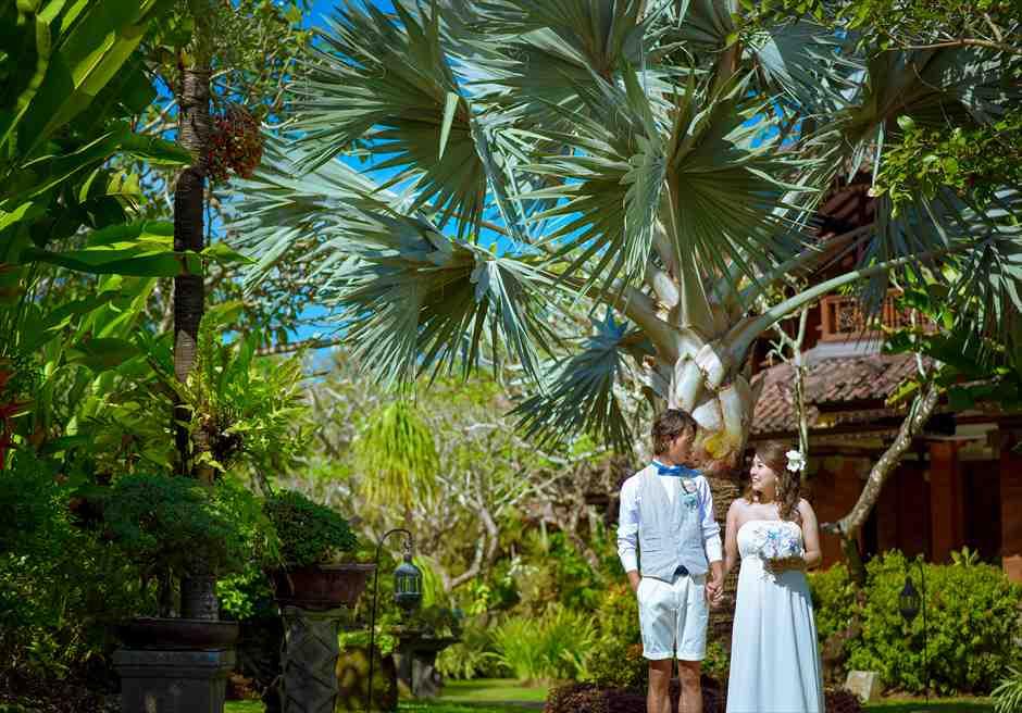 クラトン・ジンバラン・ビーチ・リゾート美しいガーデンにてフォトウェディング