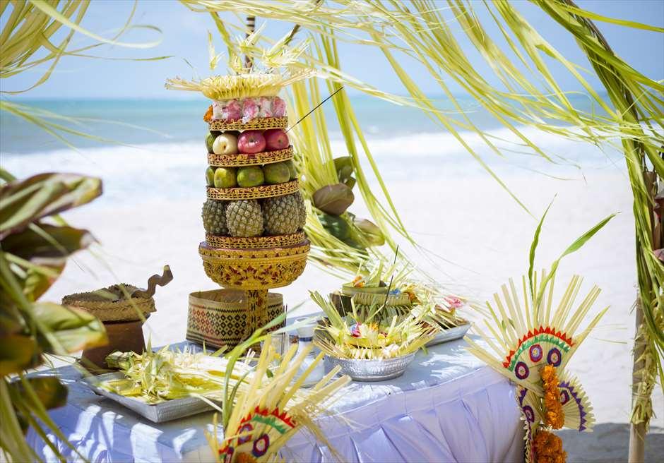 ベルモンド・ジンバラン・プリ・バリ<br /> バリ伝統挙式スタイル・ビーチウェディング<br /> 祭壇装飾とお供え物