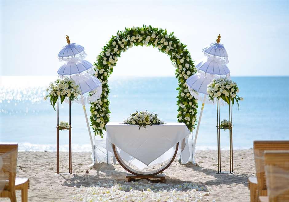 ナチュラル&ラグジュアリー・ビーチウェディング<br /> ホワイト&グリーン 挙式会場<br /> 目の前にジンバランビーチを望む