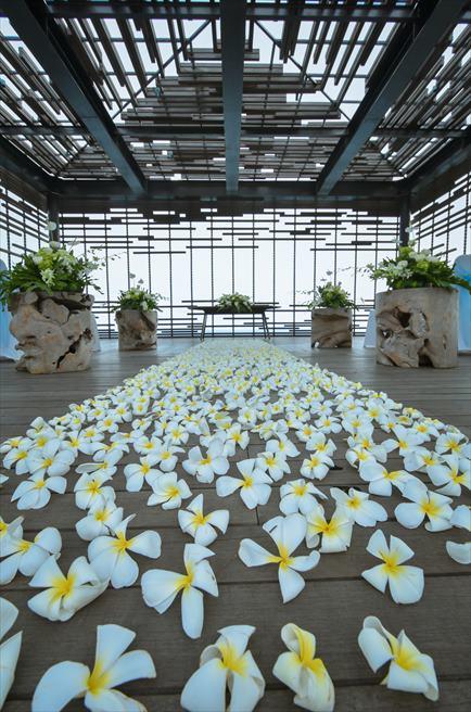 アリラ・ヴィラズ・ウルワツ<br /> クリフエッジ・カバナ<br /> 生花のバージンロード