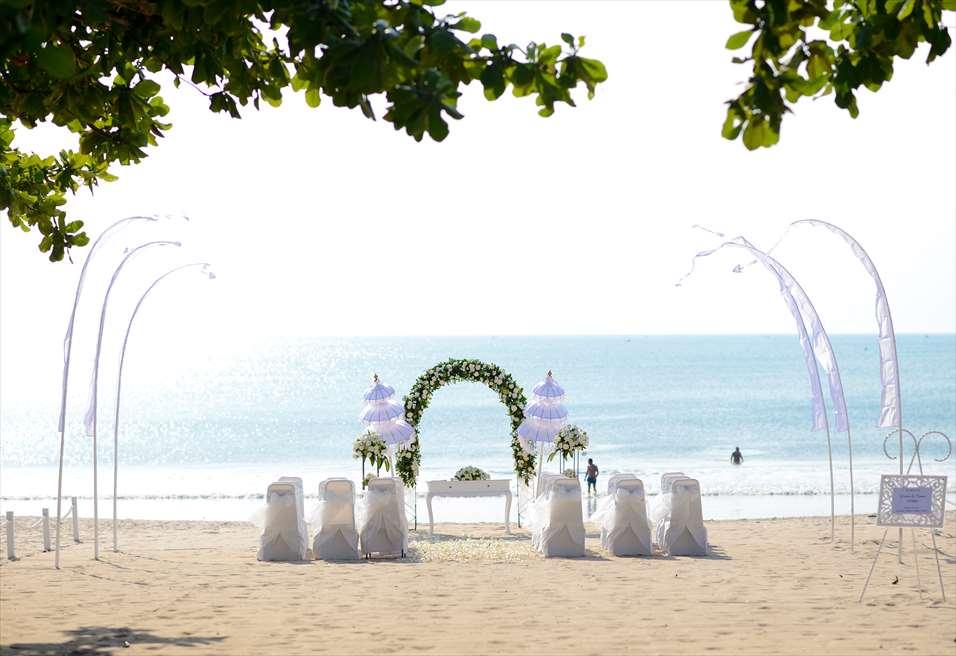 クラトン・ジンバラン・ビーチ・リゾート<br /> ホワイト・サンズ・ビーチウェディング<br /> ホワイト&グリーン 挙式会場装飾全景
