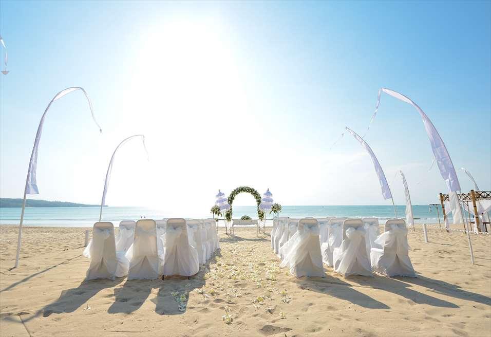 ホワイト・サンズ・ビーチウェディング<br /> ホワイト&グリーン 挙式会場装飾全景<br /> バリ島で随一に美しい白砂のビーチ