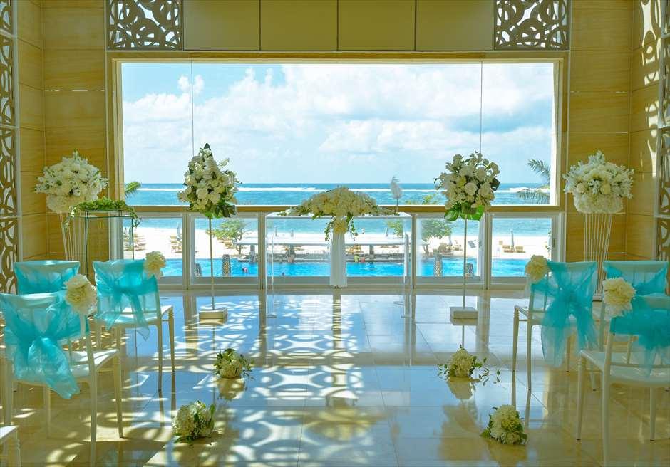 ザ・ムリア・バリ<br /> ハーモニー・チャペル・オールブルー・ウェディング<br /> 祭壇 基本生花装飾と、壁画のようなチャペルからの眺め