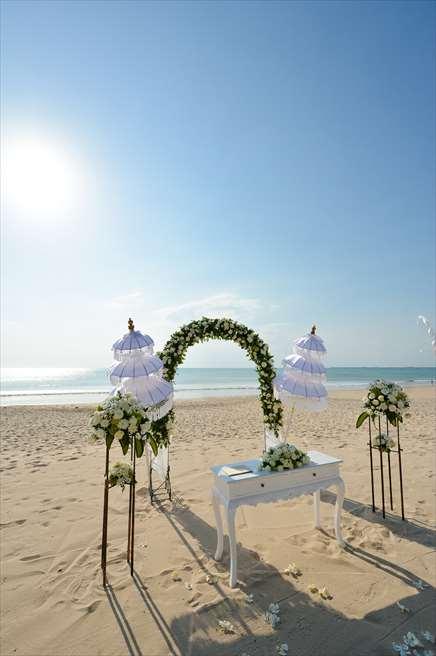 ホワイト・サンズ・ビーチウェディング<br /> ホワイト&グリーン <br /> ウェディングアーチ、祭壇、生花の装飾