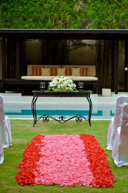 ヴィラ・アイル・バリ グランド・ヴィラ<br /> ヴィラ・ウェディング<br /> レッド&ピンク挙式会場 祭壇装飾