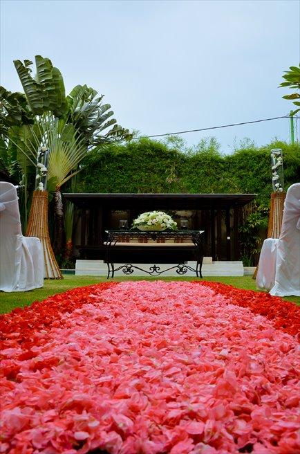 ヴィラ・アイル・バリ グランド・ヴィラ<br /> ヴィラ・ウェディング<br /> レッド&ピンク挙式会場 生花のフラワーバージンロード