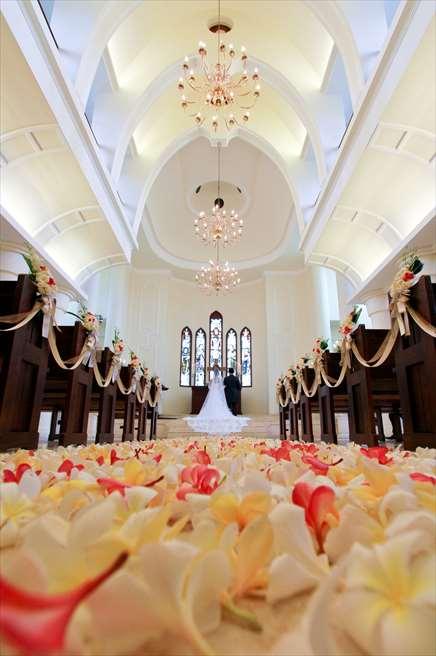 サント・ミカエル教会 挙式シーン全景 生花のフラワーバージンロード 追加代金 ¥48,000