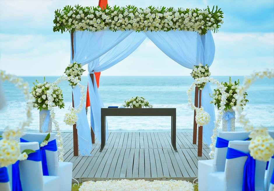 サ・サマヤ・スミニャック・バリ<br /> シーブリーズ・ビーチフロント・ウェディング<br /> 生花の祭壇装飾