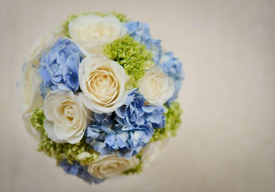 アップグレード・ビーチウェディング・バンブーガゼボ<br /> セレブレーションズ・パッケージ ブルー装飾 <br /> 生花のラウンドブーケ