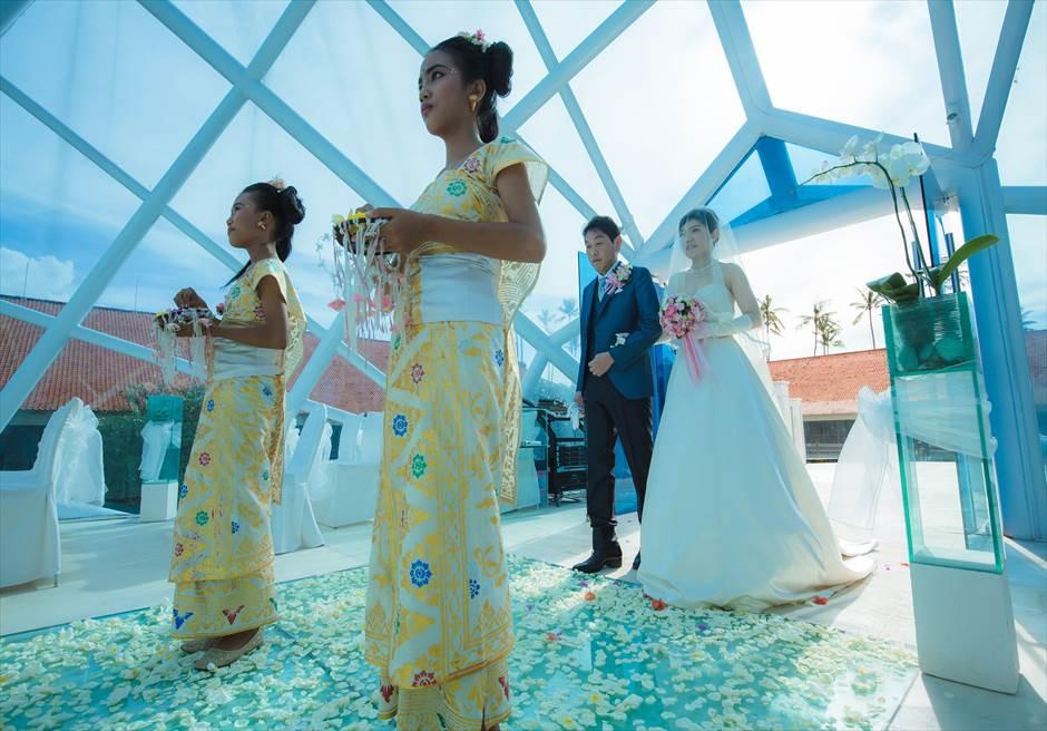 ザ・ダイアモンド・チャペルウェディング チャペル内生花のバージンロード挙式入場シーン