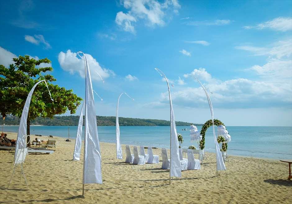 クラトン・ジンバラン・ビーチ・リゾート<br /> ホワイト・サンズ・ビーチウェディング<br /> ホワイト&グリーン 挙式会場装飾