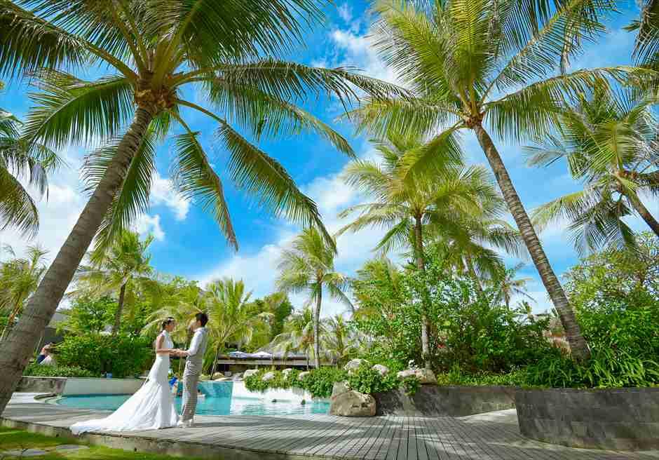 バリ・マンディラ・ビーチ・リゾート&スパプールにてフォトウェディング