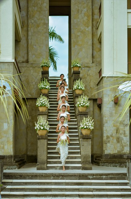ザ・レギャン・バリ オーシャンフロント・ガーデンウェディング 天国の窓の回廊よりバリニーズ・フラワーガールの入場