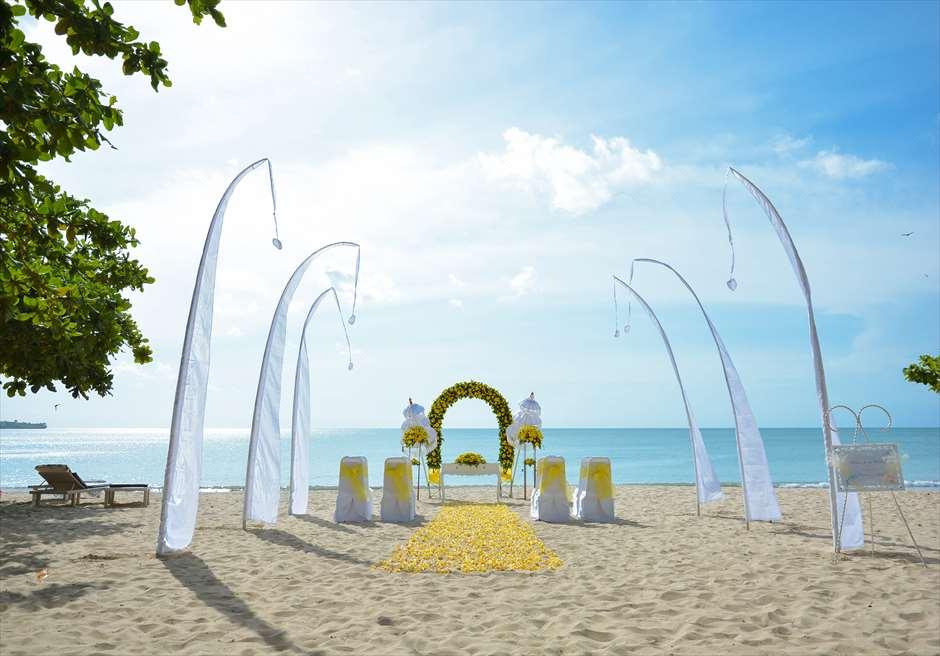 クラトン・ジンバラン・ビーチ・リゾート ホワイト・サンズ・ビーチウェディング イエロー 挙式会場装飾