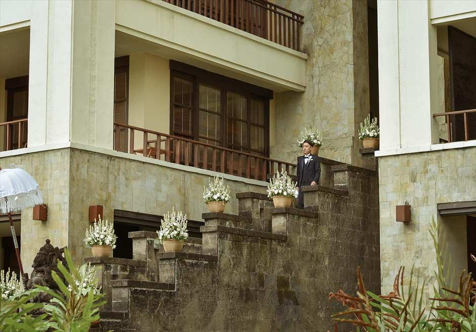 ザ・レギャン・バリ オーシャンフロント・ガーデンウェディング 天国の窓の回廊よりご新郎入場