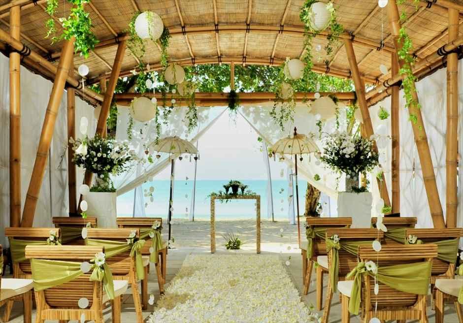 ベルモンド・ジンバラン・プリ・バリ バンブー・パビリオン・ウェディング 祭壇越しに広がる美しいビーチ