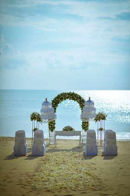 ホワイト・サンズ・ビーチウェディング<br /> ホワイト&グリーン 挙式会場装飾全景<br /> バリ島で随一に美しいジンバランビーチの真っ青な海