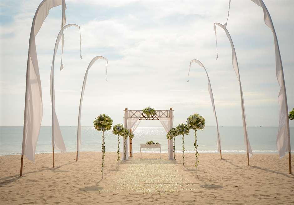 クラトン・ジンバラン・ビーチ・リゾート<br /> アップグレード・ビーチウェディング・バンブーガゼボ<br /> セレブレーションズ・パッケージ 生花ブルー装飾