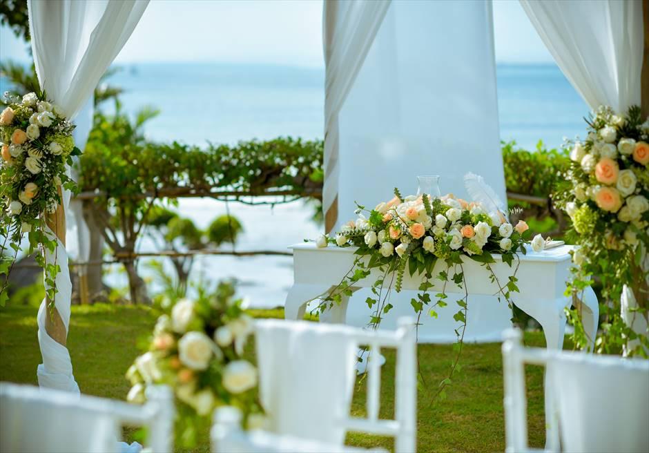 フォーシーズンズ・リゾート・ジンバラン<br /> ジンバラン・ガーデン挙式会場 基本装飾<br /> 祭壇生花装飾