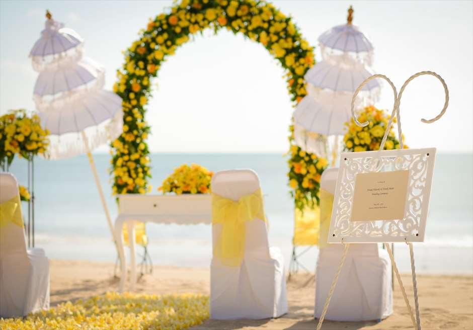 ホワイト・サンズ・ビーチウェディング イエロー 挙式会場装飾 祭壇・ウェディングアーチ・生花の装飾