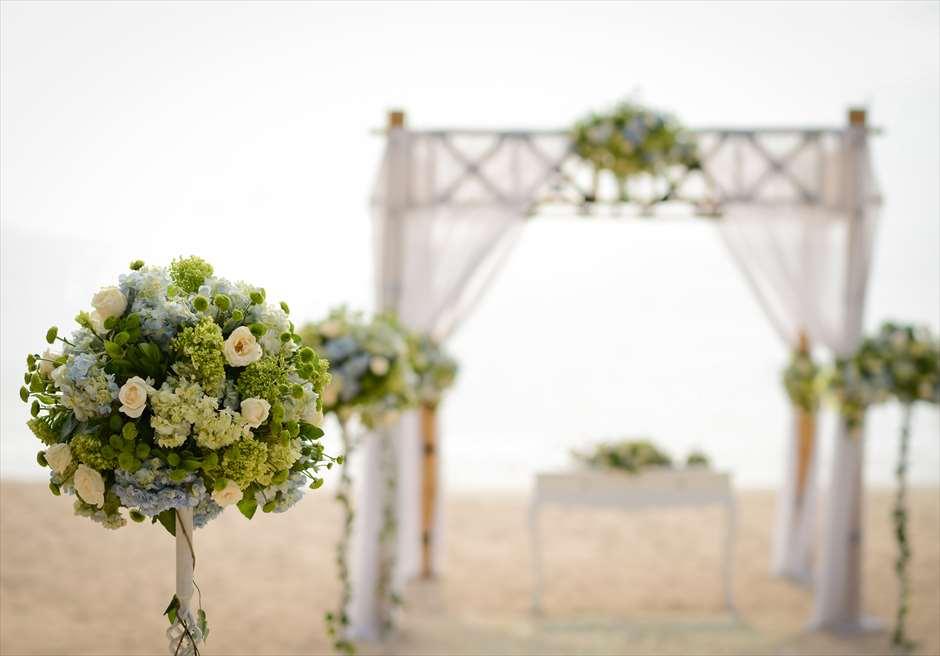 アップグレード・ビーチウェディング バンブーガゼボ 生花ブルー装飾 ブルー生花のスタンディングフラワー