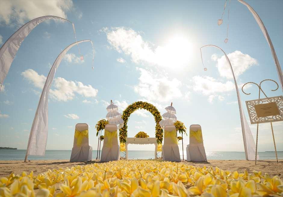 ホワイト・サンズ・ビーチウェディング<br /> イエロー 挙式会場装飾<br /> 生花のバージンロード