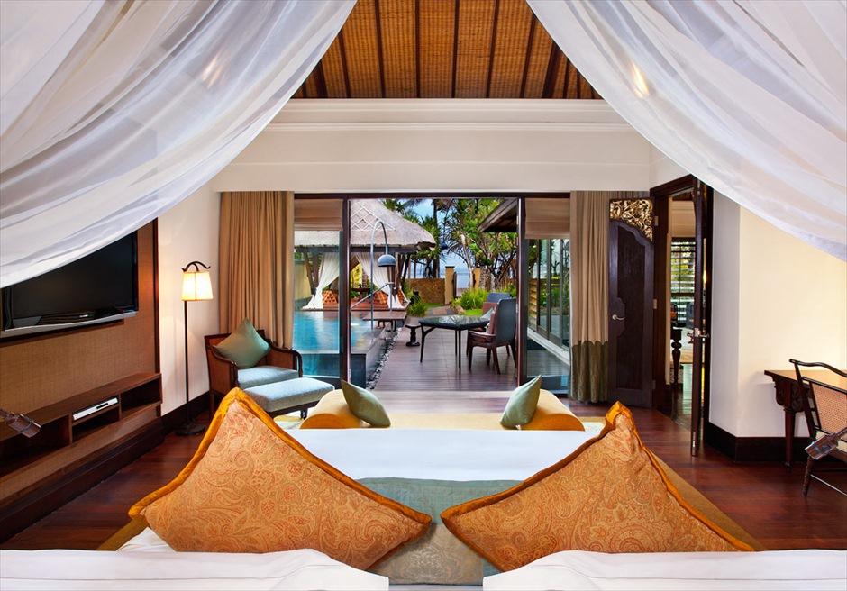 セント・レジス・バリ ザ・ストランド・ヴィラ ベッドルームからビーチを望む