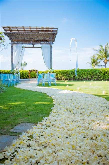 アヤナ・リゾート&スパ・バリ<br /> ブレス・バリ・オリジナル オール・ブルー・イン・アスマラ・ガーデン<br /> 生花バージンロード