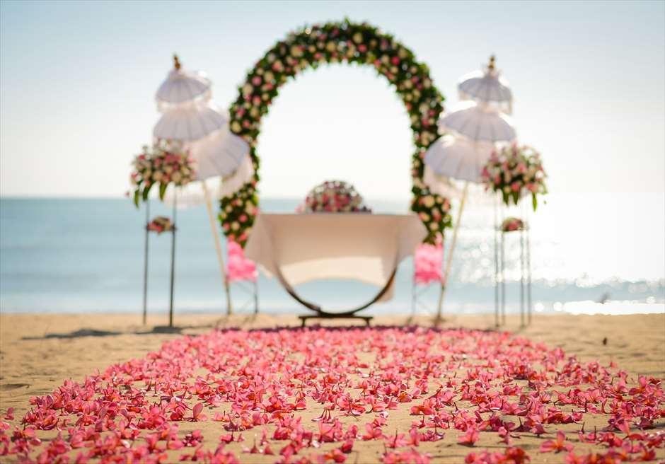 ナチュラル&ラグジュアリー・ビーチウェディング<br /> ピンク&ホワイト 挙式会場<br /> 生花のバージンロード ピンクプルメリア