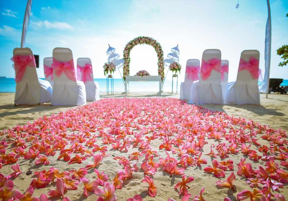 クラトン・ジンバラン・ビーチ・リゾート |ホワイト・サンズ・ビーチウェディング |ピンク&ホワイト 生花のバージンロード