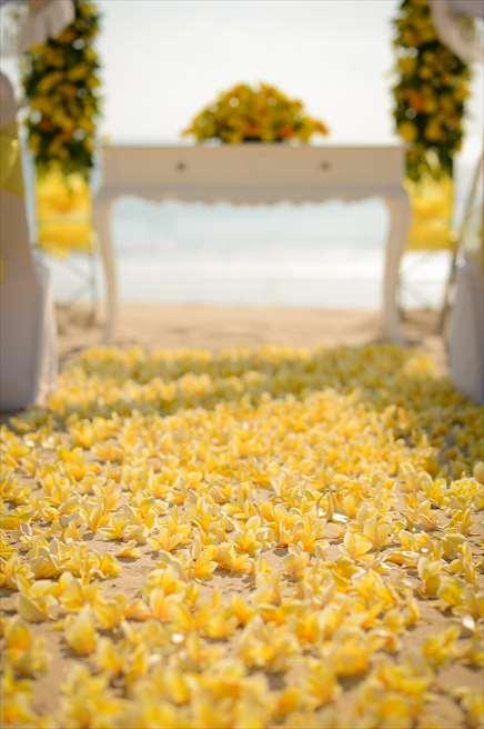 ホワイト・サンズ・ビーチウェディング<br /> イエロー 挙式会場装飾<br /> 生花のバージンロード イエロープルメリア