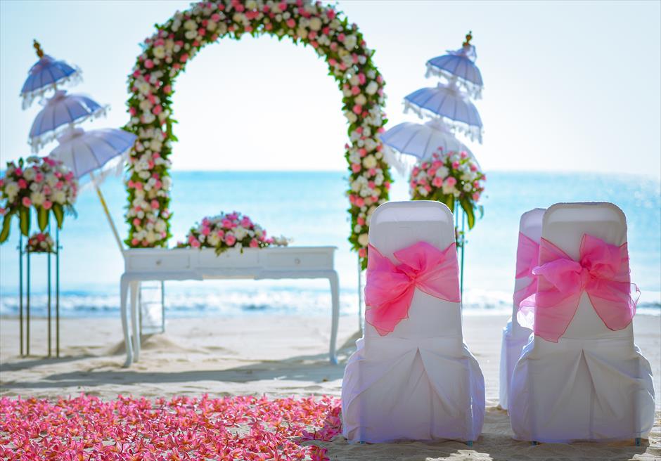 クラトン・ジンバラン・ビーチ・リゾート |ホワイト・サンズ・ビーチウェディング| ピンク&ホワイト セレモニーチェア装飾