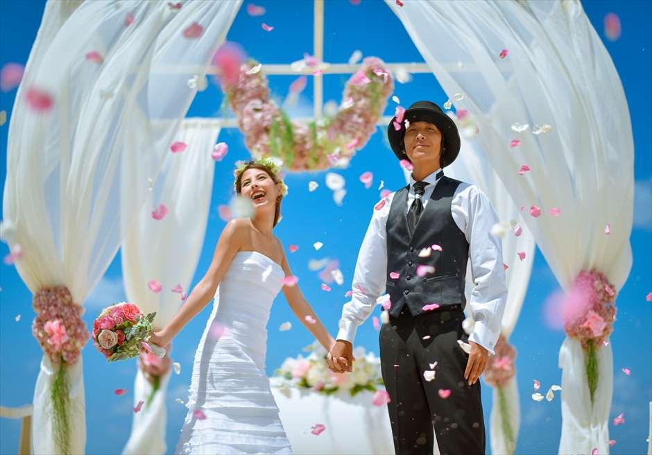 ザ・ムリア・バリ<br /> ラグジュアリー・ビーチ・ウェディング<br /> 生花のフラワーシャワー