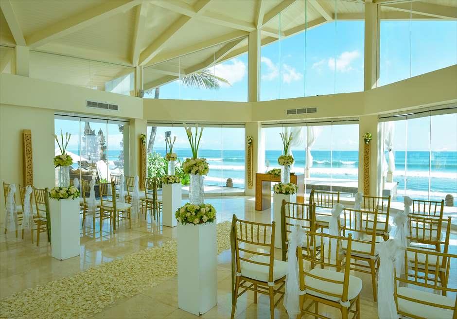 ビーチフロント・チャペル・ウェディング ホワイト生花基本装飾チェアホワイト ビーチを目の前に望む挙式会場全景