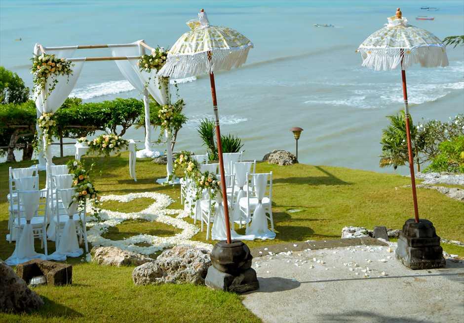 フォーシーズンズ・リゾート・ジンバラン<br /> ジンバラン・ガーデン挙式会場 基本装飾<br /> 長い挙式会場への回廊