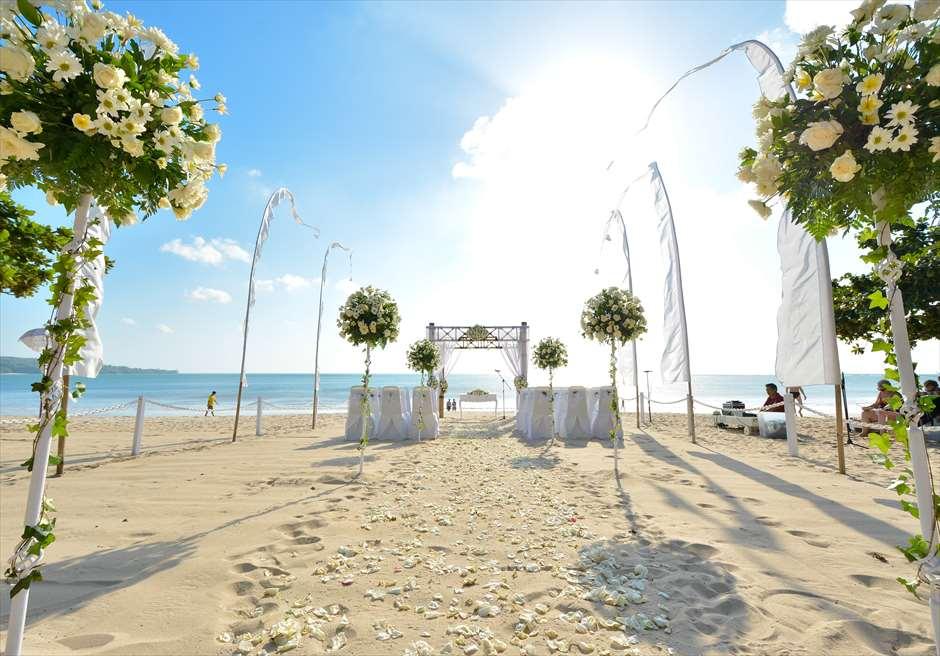 クラトン・ジンバラン・ビーチ・リゾート<br /> アップグレード・ビーチウェディング・バンブーガゼボ<br /> セレブレーションズ・パッケージ 生花ホワイト装飾