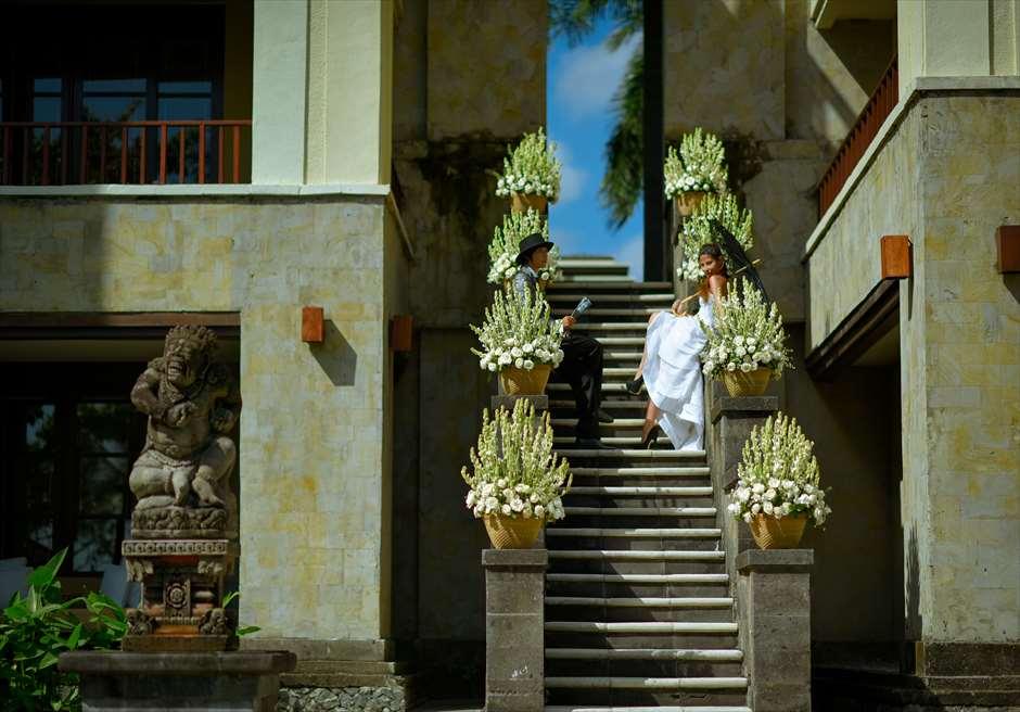 天国の窓と呼ばれるザ・レギャン・バリの回廊(ガーデン挙式でない場合は、生花の装飾は別途代金がかかります。)