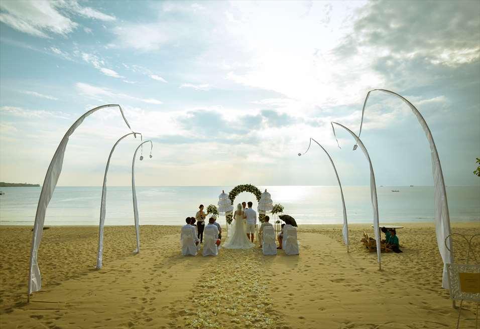 クラトン・ジンバラン・ビーチ・リゾート ホワイト・サンズ・ビーチウェディング ホワイト&グリーン 挙式風景